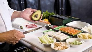 Научим делать суши! Мастер-классы по приготовлению суши и роллов в школе суши-мастерства Суши-Повар! Скидка 71%!